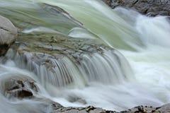 Acqua che circola sulle rocce fotografia stock libera da diritti