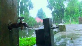 Acqua che cola dal tubo, acqua di rubinetto esteriore video d archivio