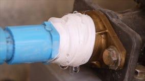 Acqua che cola dalla tubatura dell'acqua stock footage