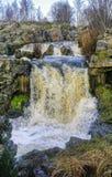 Acqua che entra rapidamente nel piccoli fiume e cascata immagine stock