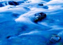 Acqua che funziona sopra i rapids Fotografia Stock