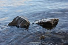 Acqua che increspa roccia intorno due fotografia stock libera da diritti