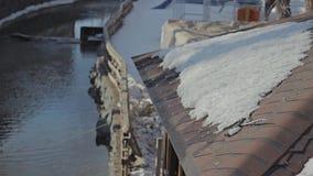 Acqua che investe tetto che appende giù con le gocce di acqua archivi video