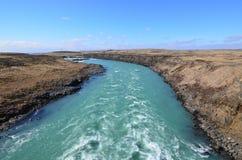 Acqua che precipita attraverso l'Islanda intorno ad una curva fotografia stock libera da diritti