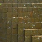 Acqua che precipita a cascata giù sui mattoni fotografie stock libere da diritti