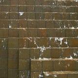 Acqua che precipita a cascata giù sui mattoni fotografia stock