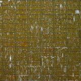 Acqua che precipita a cascata giù sui mattoni immagini stock libere da diritti