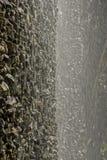 Acqua che procede in sequenza giù un fronte verticale della roccia immagini stock