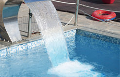 Acqua che scorre allo stagno Fotografie Stock