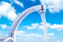 Acqua che scorre dal rubinetto Fotografie Stock Libere da Diritti