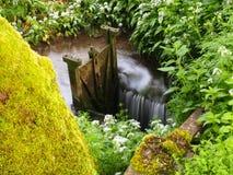 Acqua che scorre intorno ad una paratoia Fotografia Stock