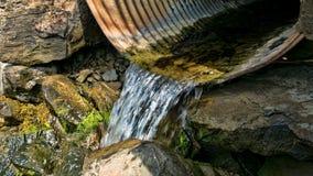 Acqua che scorre un canale sotterraneo Fotografie Stock Libere da Diritti