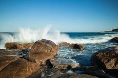 Acqua che si schianta sulla roccia Margaret River fotografia stock