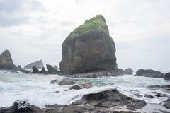 Acqua che spruzza le onde sul mare alla spiaggia di Papuma, Jember, Jawa orientale, Indonesia immagini stock