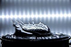 Acqua che spruzza sulla superficie di acqua fotografie stock libere da diritti