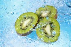 Acqua che spruzza sulla vista della fetta-parte superiore del kiwi Fotografia Stock Libera da Diritti
