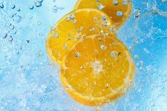 Acqua che spruzza sulla vista della fetta-parte superiore di orangei Fotografia Stock