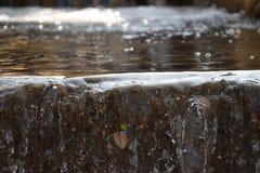 Acqua che versa sopra Ridge Fotografie Stock