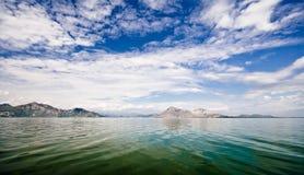 Acqua, cielo e nubi Immagini Stock