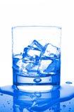 Acqua con i cubi di ghiaccio Fotografie Stock Libere da Diritti