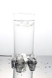 Acqua con i cubi di ghiaccio Immagine Stock