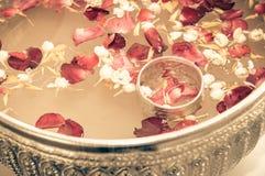 Acqua con il gelsomino e la corolla delle rose immagine stock