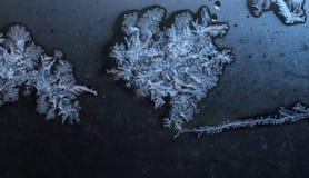 Acqua congelata sulla finestra blu immagine stock