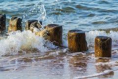 Acqua contro i frangiflutti Fotografie Stock Libere da Diritti