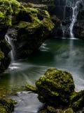 Acqua corrente con la cascata fotografia stock