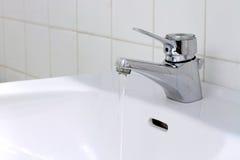 Acqua corrente nella stanza da bagno Fotografia Stock Libera da Diritti
