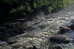 Acqua corrente sopra le rocce ed i massi fotografie stock