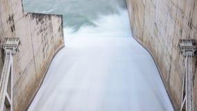 Acqua corrente tramite il portone di acqua della diga Fotografia Stock Libera da Diritti