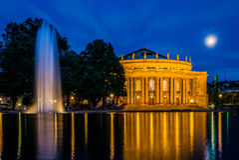 Acqua crepuscolare di riflessione della luna del cielo blu di Stuttgart Staatstheater Immagine Stock Libera da Diritti