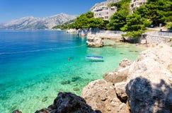 Acqua cristallina del mare adriatico in Brela su Makarska Riviera, Dalmazia, Croazia Immagini Stock Libere da Diritti