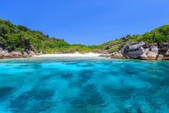 Acqua cristallina e spiaggia di sabbia bianca Immagine Stock