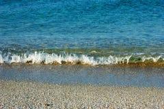 Acqua cristallina nel mare blu fotografia stock