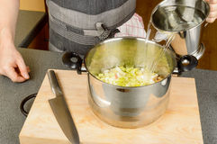 Acqua a cucinare pentola Immagine Stock