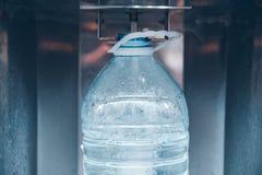 Acqua d'acquisto in macchina dell'acqua immagini stock libere da diritti