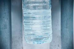 Acqua d'acquisto in macchina dell'acqua fotografie stock libere da diritti