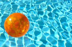 Acqua del beach ball Immagini Stock