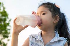 Acqua del drinkink della bambina dell'Asia Fotografia Stock