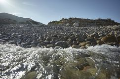 Acqua del mare sul Pebble Beach fotografia stock