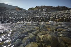 Acqua del mare sul Pebble Beach fotografia stock libera da diritti
