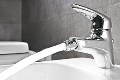 Acqua del rubinetto del bidet Fotografia Stock