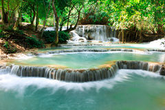 Acqua del turchese della cascata di Kuang Si, Luang Prabang laos fotografie stock
