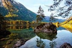 Acqua del turchese e scena degli alberi e del lago Fotografie Stock