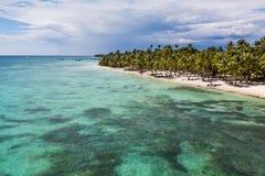 Acqua del turchese lungo la linea costiera dell'isola di Saona fotografia stock