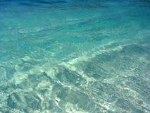 Acqua del turchese su una spiaggia in Tailandia Fotografia Stock