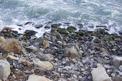 Acqua dell'oceano con le rocce ed i massi Immagine Stock