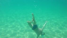 Acqua dell'oceano del giovane in chiaro che guida con la presa d'aria, facendo con la cupola ed il nero dell'eroe 5 di GoPro, 4k stock footage